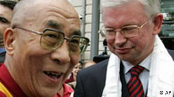 Hesse's premier Roland Koch and the Dalai Lama meet outside a building