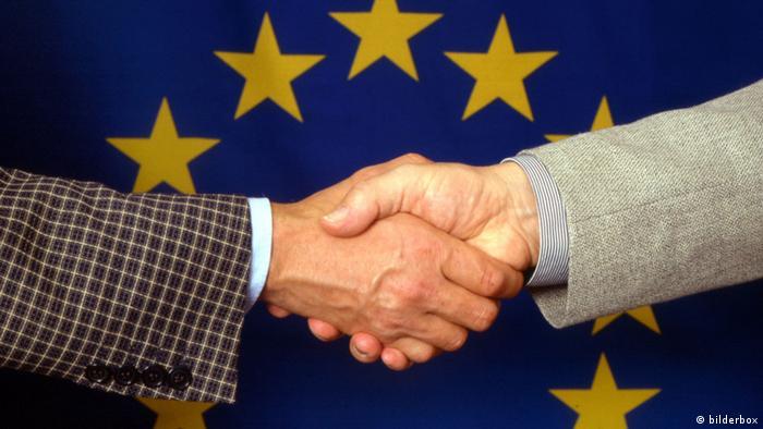 Рукопожатие на фоне флага ЕС