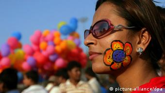 A woman with a flower painted on her face participates in the 'One Billion Rising' global campaign Valentine's Day in Calcutta, India, 14 February 2012. (Photo: dpa)