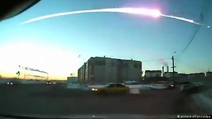The trace of a flying object in the sky over Chelyabinsk (still from a dashboard camera). -/RIA Novosti Photo: picture-alliance/dpa