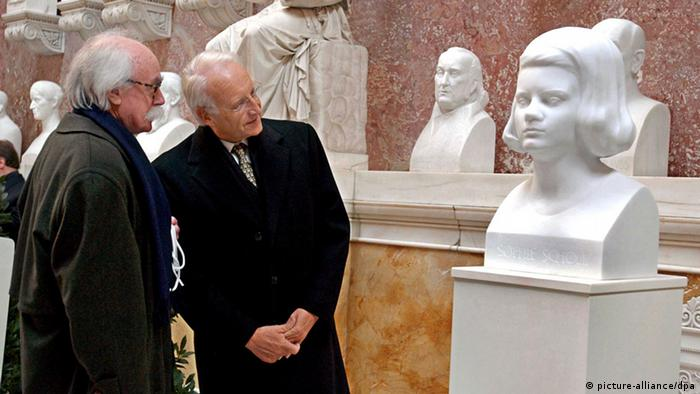 Franz J. Müller, Vorsitzender der Weiße Rose Stiftung (l) und der bayerische Ministerpräsident Edmund Stoiber (r) betrachten in der Walhalla bei Donaustauf (Landkreis Regensburg) die Büste von Sophie Scholl. 60 Jahre nach ihrer Hinrichtung durch die NS- Diktatur ist die Widerstandskämpferin Sophie Scholl mit einer Büste in der Walhalla geehrt worden.