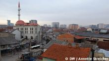 Blick auf belebte Straße mit Moschee Wer hat das Bild gemacht?: Annette Streicher Wann wurde das Bild gemacht?: 1.2.2013 Wo wurde das Bild aufgenommen?: Pristina, Kosovo