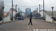 Wer hat das Bild gemacht?: Annette Streicher Wann wurde das Bild gemacht?: 1.2.2013 Wo wurde das Bild aufgenommen?: Mitrovica, Kosovo Bildbeschreibung: blockierte Brücke in der geteilten Stadt Mitrovica