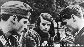 ۲۲ ژوئیه ۱۹۴۲ (از چپ) هانس و سوفی شل به همراه کریستوف پروبست در ایستگاه راهآهن مونیخ، اندکی پیش از انتقال دانشجویان به جبهه شرق