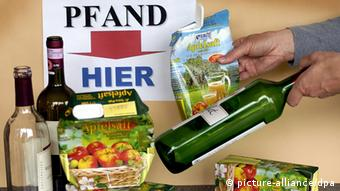 An image with packaging and sign clearly marked, deposit here, in German.