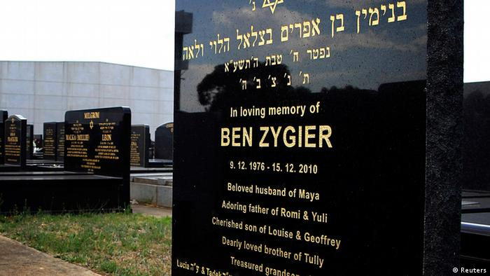 The grave of Ben Zygier (R), the Australian whom local media have identified as the man who died in an Israeli prison in 2010 and who may have been recruited by Israeli intelligence agency Mossad, is pictured at a Jewish cemetery in Melbourne February 14, 2013. (Photo: Brandon Malone/Reuters)