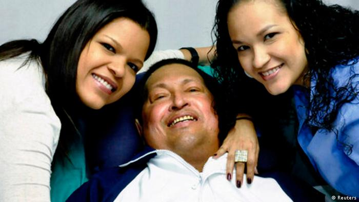 Venezuela's President Hugo Chavez smiles in between his daughters, Rosa Virginia (R) and Maria while recovering from cancer surgery in Havana (Photo: REUTERS/Ministry of Information/Handout)