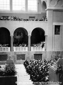 ۱۲ ژوئیه ۱۹۵۸؛ مراسم یادبود اعضای گروه رز سفید در دانشگاه مونیخ، در همان سالنی که هانس و سوفی شل پس از پخش اعلامیه در آن شناسایی و دستگیر شدند