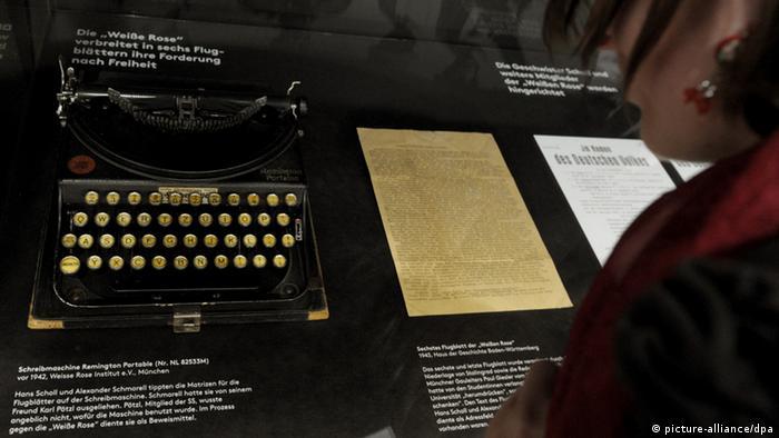 Haus der Geschichte in Stuttgart Schreibmaschine auf der die Matrizen für Flugblätter der Widerstandsgruppe Weiße Rose geschrieben wurden (picture-alliance/dpa)