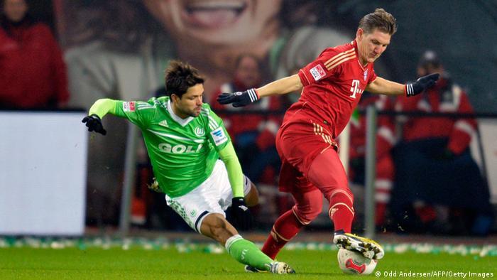 Münchens Bastian Schweinsteiger kommt vor Diego an den Ball. AFP PHOTO / ODD ANDERSEN