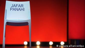 Jafar Panahi's empty chair at the Berlinale. Copyright: Hannibal Hanschke/dpa.