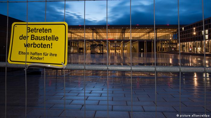 Baustellen-Schild am Flughafen Berlin Brandenburg