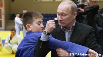 Russlands Präsident Putin deminstruert mit einem kelinen Jungen Judo (Foto: Getty Images)