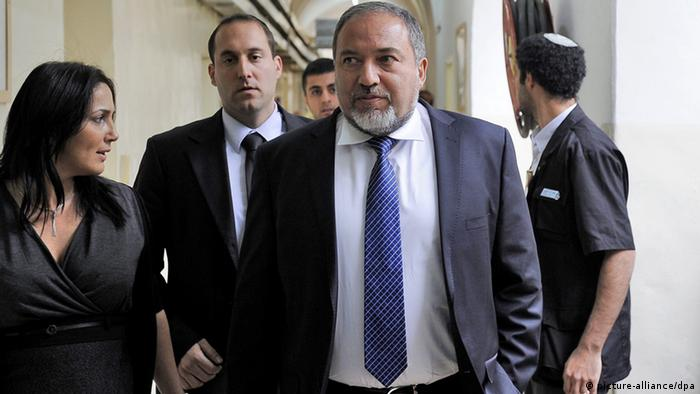 epa03588269 Former Israeli foreign minister Avigdor Lieberman (C-R) arrives at the Magistrate's Court in Jerusalem, 17 February 2013, for the start of his trial on charges of breach of trust. Lieberman pleaded not guilty in the brief opening hearing of the case which involves his hiring someone in the Foreign Ministry. Lieberman allegedly received classified documents on a police investigation against him. He is also suspected of intervening to help his source secure an ambassadorship. EPA/ARIEL SCHALIT / POOL EPA/DAVID BUIMOVITCH / POOL +++(c) dpa - Bildfunk+++