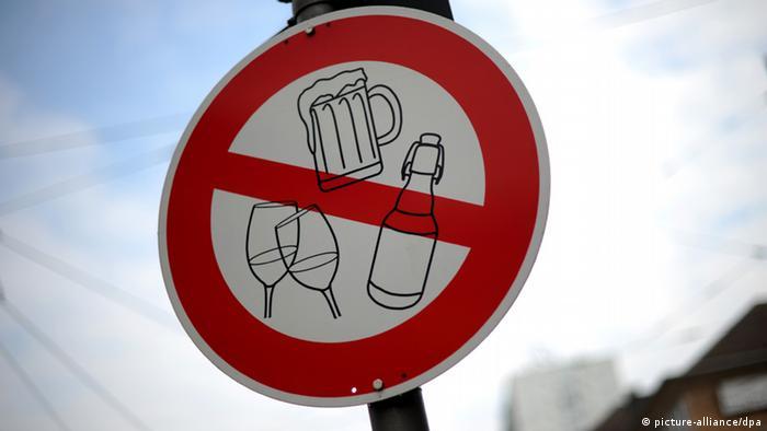 Schild Kein Alkohol in Kassel - Foto: Uwe Zucchi/dpa