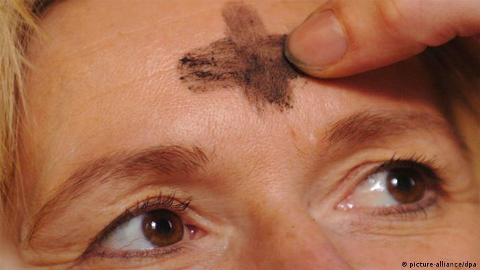 Aschenkreuz auf der Stirn - Foto: Achim Scheidemann dpa