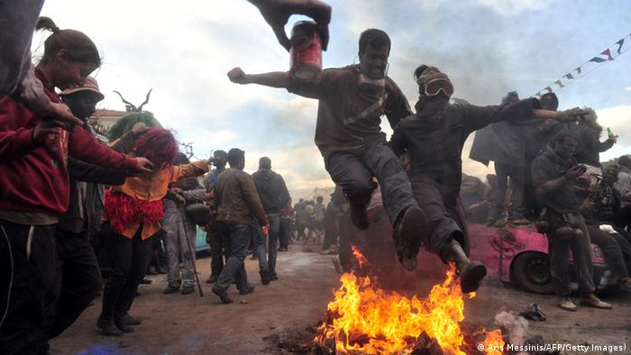 Der Mehlkrieg in Galxidi markiert den Beginn der Fastenzeit in der griechisch-orthodoxen Kirche - AFP PHOTO / Aris Messinis