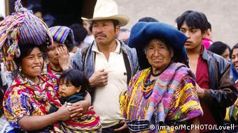 Bildnummer: 51329554 Datum: 11.07.2006 Copyright: imago/McPHOTO/Lovell Maya-Familie in Antigua, Personen; 2006, Guatemala, Frauen, Land, Leute, traditionell, traditionelle, Einheimische, Einheimischer, traditioneller, Umhänge, gewebt, gewebter, gewebte, Huipil, Mann, Männer, Kind, Kinder,; , quer, Kbdia, Gruppenbild, close, Guatemala, , Reisen, Mittelamerika / Indianer, Kleidung