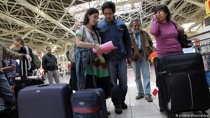 Cuban blogger Yoani Sanchez (L) chats with her husband Reinaldo Escobar (C) while she waits at the international airport of Havana, Cuba, 17 February 2013, before leaving to Brazil (Photo: EFE/ALEJANDRO ERNESTO)