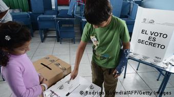 Rafael Correa, arrasó con el voto popular.