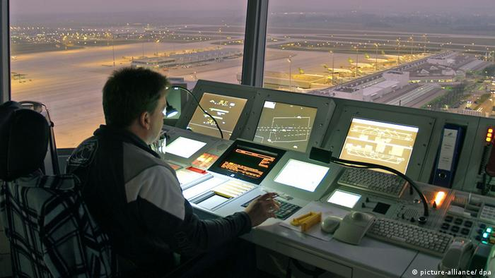 An air traffic controller at night (photo: Foto: Flughafen München GmbH)