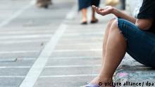 ARCHIV - Eine Frau bittet am 19.09.2012 in Athen um ein Almosen. Dem pleitebedrohten Griechenland fehlt nach einem Bericht des Nachrichtenmagazins «Der Spiegel» wesentlich mehr Geld in der Kasse als bislang angenommen. Foto: Maurizio Gambarini dpa +++(c) dpa - Bildfunk+++