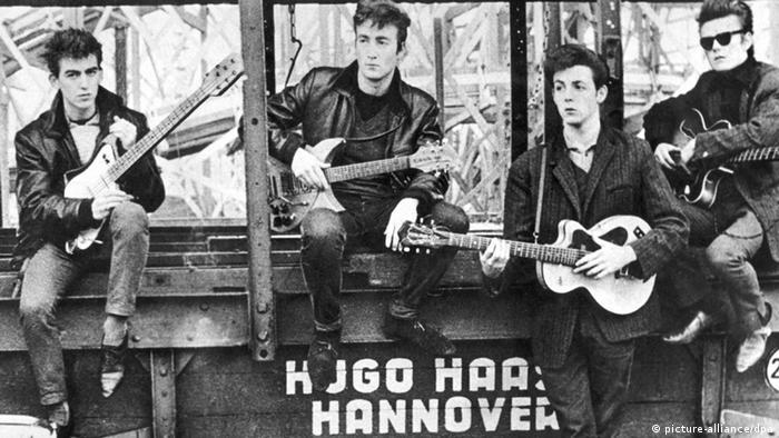 Schwarz-weiß-Aufnahme der Beatles 1960. Alle Mitgleider sitzen und halten Gitarren in der Hand. (Foto: picture-alliance/dpa)