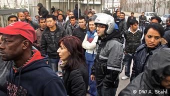 A crowd of immigrants waiting outside a goernment office. Copyright: Andreas Stahl, DW Mitarbeiter, Athen, Feb. 2013