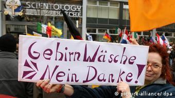 Anti-Scientology protesters in Berlin (photo: Tim Brakemeier dpa/lbn)