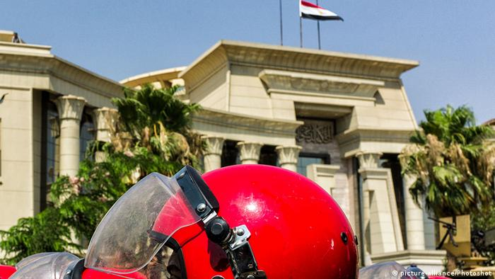 Ägypten Demonstrationen vor dem Verfassungsgericht in Kairo (picture-alliance/Photoshot)