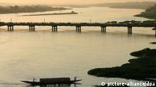 Blick auf die Kennedy-Brücke über den Fluss Niger in der Hauptstadt Niamey im Südwesten des Niger, aufgenommen am 06.11.2007. Die Kennedy-Brücke ist die einzige Brücke im ganzen Land. Der Niger-Fluss ist der drittgrößte Fluss Afrikas. Er fließt auf 650 Kilometern durch das Land. Diese Region ist die einzige fruchtbare des Landes. Der südlich der Wüste Sahara in der Sahelzone gelegene westafrikanische Niger gehört zu den ärmsten Ländern der Welt. Foto Thomas Schulze +++(c) dpa - Report+++