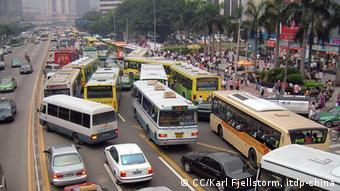 Na China, ônibus lotados competem com um trânsito complicado