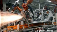 روبوت يقوم بأعمال اللحام في أحد مصانع إنتاج سيارات فولكس فاغن في ألمانيا