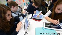 ARCHIV - Die Schüler Marisa (l-r), Max, Philip und Marija aus der 7b des Neuen Gymnasiums Rüsselsheim (Hessen) arbeiten am 30.01.2013 in einem Klassenraum an ihren Tablet-PC's. Das digitale Lernen in der Schule steckt noch in den Kinderschuhen. Experten sehen einen deutlichen Mehrwert. Das Thema dominiert die europaweit größte Bildungsmesse Didacta. Foto: Arne Dedert/dpa (zu lnw-KORR: Digitales Lernen im Klasenzimmer - ipad-Kurse und Twittern mit Papst vom 19.02.2013) +++(c) dpa - Bildfunk+++