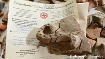 Γύρω στα 9000 θραύσματα κεραμικών αγγείων της πρώιμης εποχής το λίθου είχαν μεταφερθεί παράνομα το 1941 στη Γερμανία. Μόλις το 2014 το Pfahlbaumuseum στη λίμνη της Κωνσταντίας τα επέστρεψε στην Ελλάδα