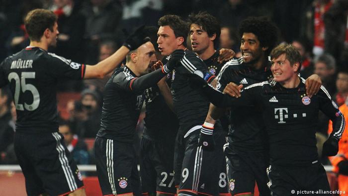 Die Spieler des FC Bayern München feiern den Treffer von Toni Kroos (r). (Foto: Andreas Gebert/dpa)