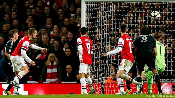 Lukas Podolski vom FC Arsenal erzielt das 1:2 gegen Bayern. (Foto: EPA/KERIM OKTEN, dpa)