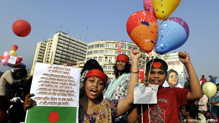 The canopy overhead turned colourful at Shahbagh Projonmo Chottor today as protesters released hundreds of balloons in the air commemorating the martyrs of the Liberation War on the eve of Amar Ekushey; Copyright: DW/Harun Ur Rashid