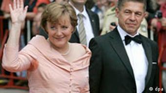 Schweißfleck-Affäre: CDU Kanzlerkandidatin Angela Merkel mit ihrem Ehemann Joachim Sauer, rechts, bei der Ankunft zur Eroeffnung der Wagner-Festspiele in Bayreuth
