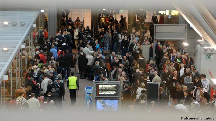 Passengers wait on February 15 at the Hamburg airport (Photo: Angelika Warmuth/dpa)