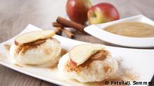 Milchreisbällchen mit Zimt und Apfelmus