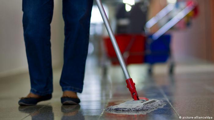 Специалисты по уборке помещений