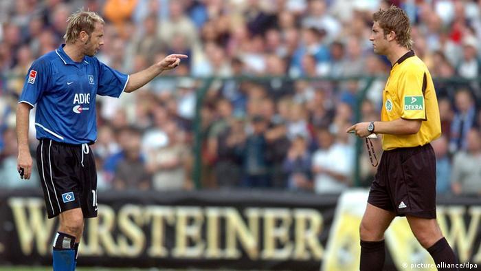 Ex-Schiedsrichter Robert Hoyzer und der frühere HSV-Spieler Sergej Barbarez beim DFB-Pokalspiel SC Paderborn - Hamburger SV am 21. August 2004 (Foto: picture alliance/dpa)
