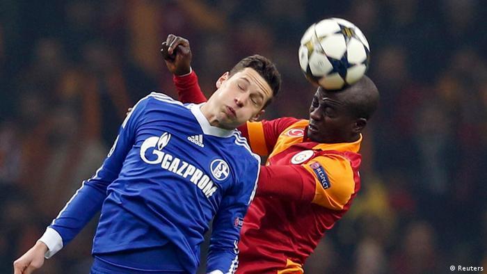 Zweikampf zwischen Dany Nounkeu von Galatasaray Istanbul und Schalkes Julian Draxler. (Foto: REUTERS/Murad Sezer)