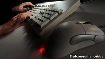 Hacker at keyboard (Photo: Jochen Lübke/dpa)