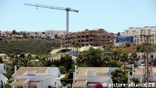 Baukräne und teilweise noch nicht fertiggestellte Häuser sind am 23.07.2007 in Estepona bei Marbella zu sehen. Foto: Jens Kalaene +++(c) dpa - Report+++