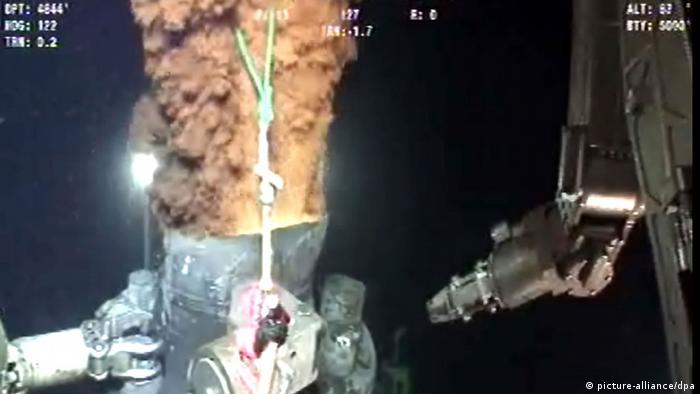 Crude oil as it escapes from the transition spool on top of the Deepwater Horizon BP oil well EPA/BP LIVE VIDEO FEED / HANDOUT +++(c) dpa - Bildfunk+++