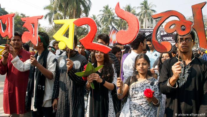 در روز ۲۱ فوریه ۱۹۵۲ در داکا پایتخت آن زمان پاکستان (بعدها پایتخت بنگلادش) تظاهرات خونینی به وقوع پیوست. علت این درگیری یک مصوبه دولت بود که یگانه زبان رسمی کشور را زبان اردو اعلام میکرد. در حالی که اردو زبان مادری تنها ۳درصد جمعیت کشور بود. سازمان یونسکو بنا به درخواست کشور بنگلادش در ماه نوامبر ۱۹۹۹ این روز را به عنوان روز جهانی زبان مادری اعلام کرد.