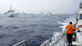 Auf dem Bild: 8 Boote der japanischen Küstenwache versuchten, ein Boot der Vereinigung zum Schutz der Diaoyutai-Inseln abzudrängen Photograph: Xie Menglin Zeit: 24. Januar 2013 Ort: 28 Seemeilen vor der Küste der Diaoyutaiinsel, im Ostchinesischen Meer