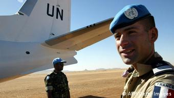 Ein französischer Soldat der UNO steht vor einem Flugzeug. (Foto: AFP/PHOTO/ABDELHAK SENNA)